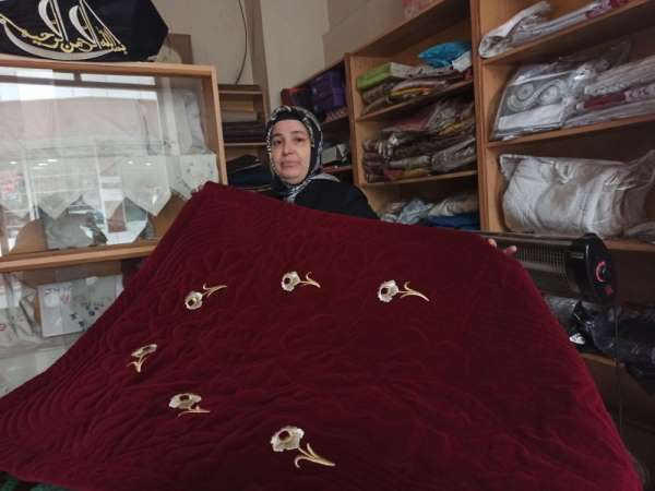 Osmanlı motiflerini ilmek ilmek işliyor