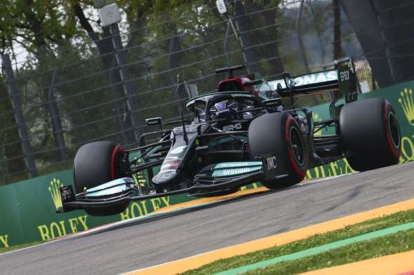 İtalyada pole pozisyonu Lewis Hamiltonın