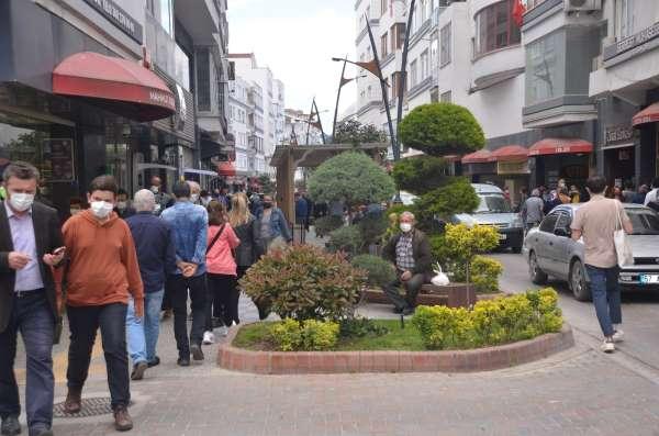 Sinopta tam kapanma sonrası vatandaşlar cadde ve sokakları doldurdu