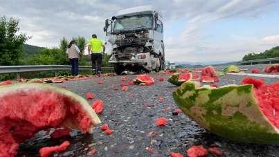 TEM'de kaza sonrası kamyondaki karpuzlar yola saçıldı