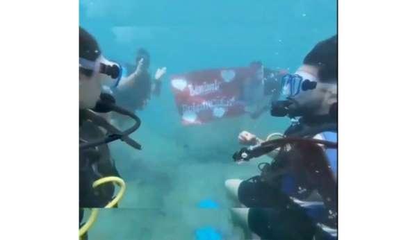 Antalyada su altında romantik evlilik teklifi