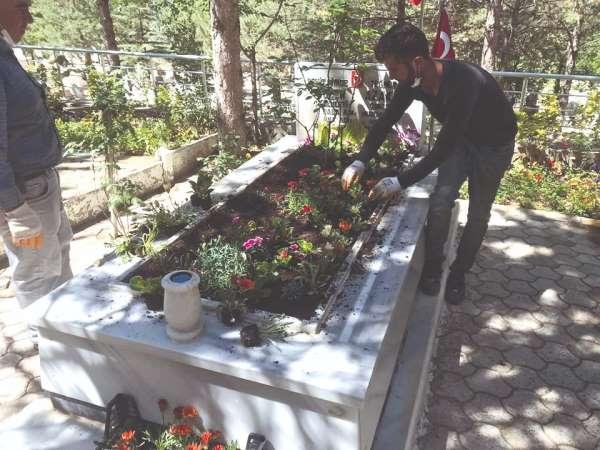 Sungurlu şehitliği çiçeklerle donatıldı