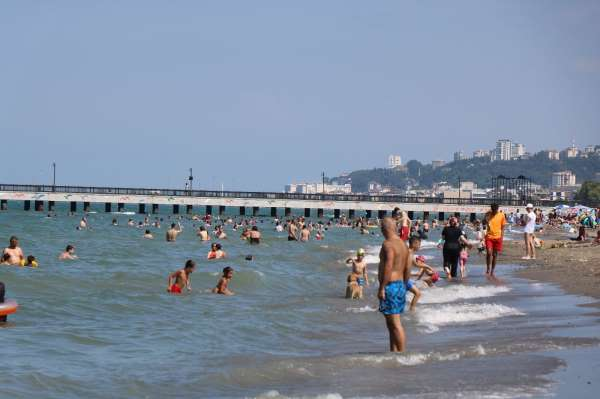 Kavurucu sıcaklarda vatandaşlar sahillere akın etti