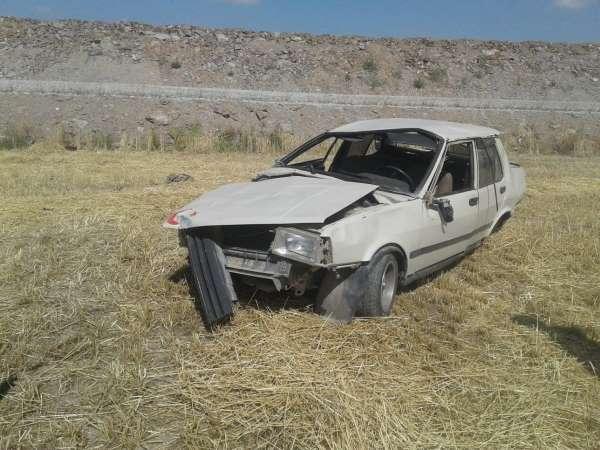 Kazada hurdaya dönen Tofaş marka otomobilde 2 kişi yaralandı