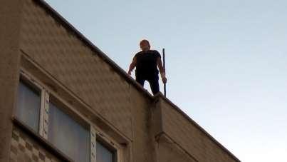 İntihar etmek isteyen kadını polis tek hamleyle kurtardı