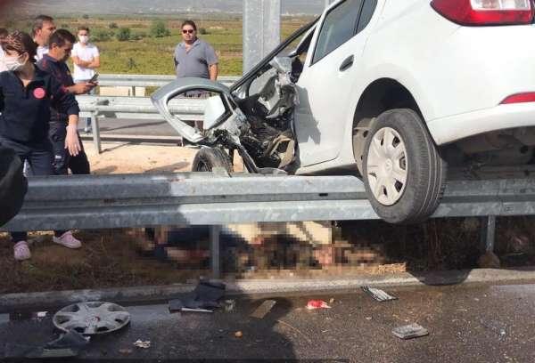 Kaza yapan otomobil bariyerlerde asılı kaldı: 2 yaralı