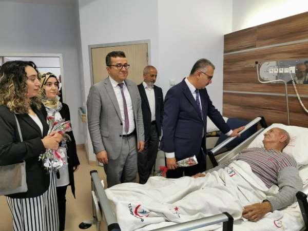 Ahlatcı'dan hastalara moral ziyareti