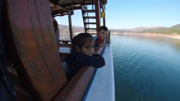 Ara tatilde deniz özlemini barajda giderdiler