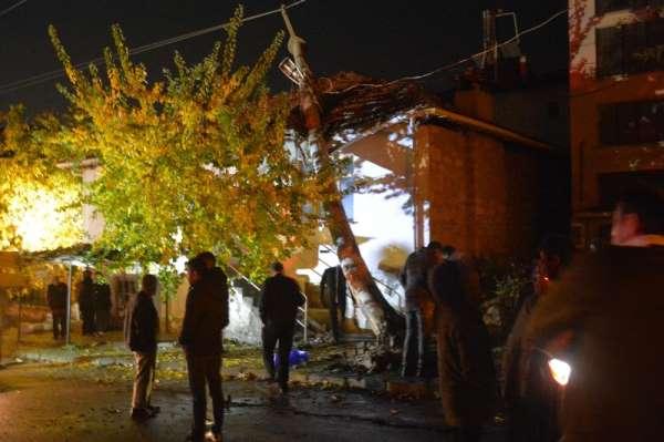 Isparta'da kaza yapan kamyonetin çarptığı elektrik direği evin çatısına devrildi