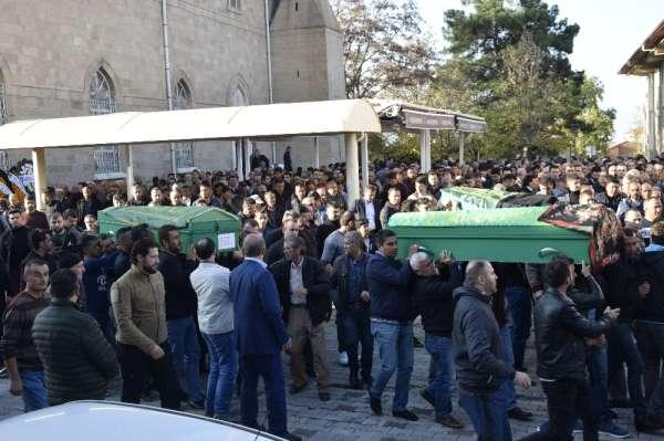Trafik kazasında ölen aynı aileden 4 kişi toprağa verildi
