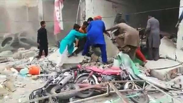 Pakistan'da bankada patlama: 20 yaralı