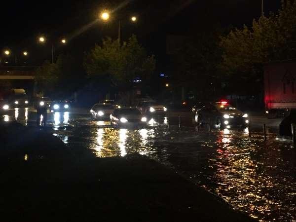 Çevre yolu göle döndü, araçların düşen plakaları yol kenarına birikti