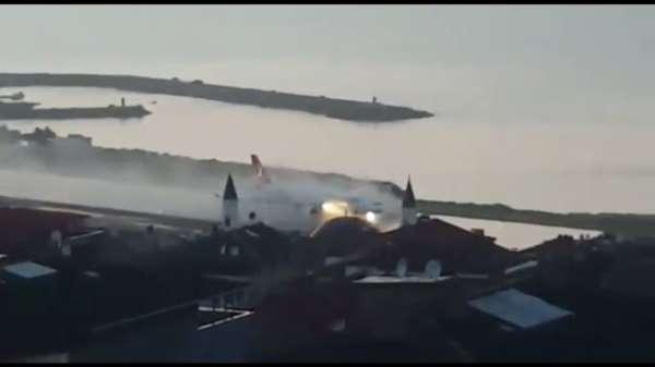 Trabzon'da şiddetli yağış sonrası göle dönen piste uçak böyle indi