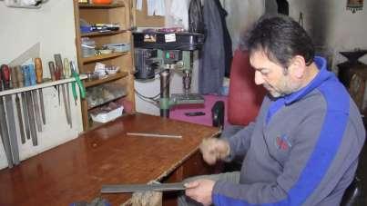 Eşine yardım için başladı, ilçede tek bıçak kadın ustası oldu