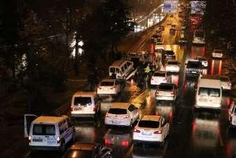 Kaygan yol kazaya neden oldu; 4 araç birbirine girdi