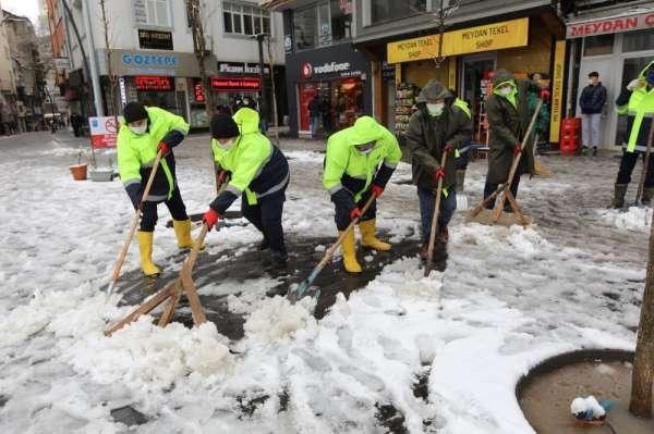 Cadde ve kaldırımlar kardan temizleniyor