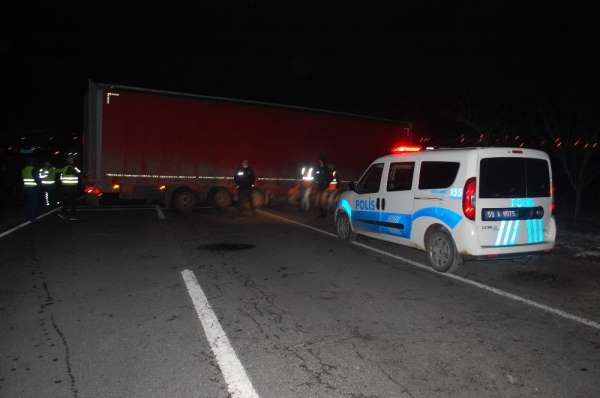 Lastiği patlayan tır kaza yaptı, Çorlu-Edirne Karayolu ulaşıma kapandı