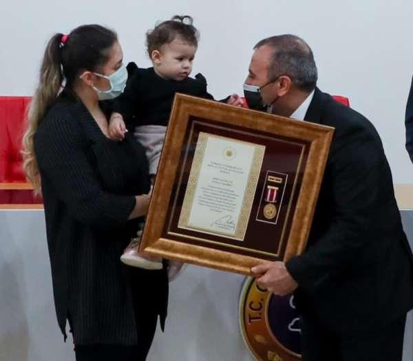 1 yaşındaki Vedia Nur babasının madalyasını aldı