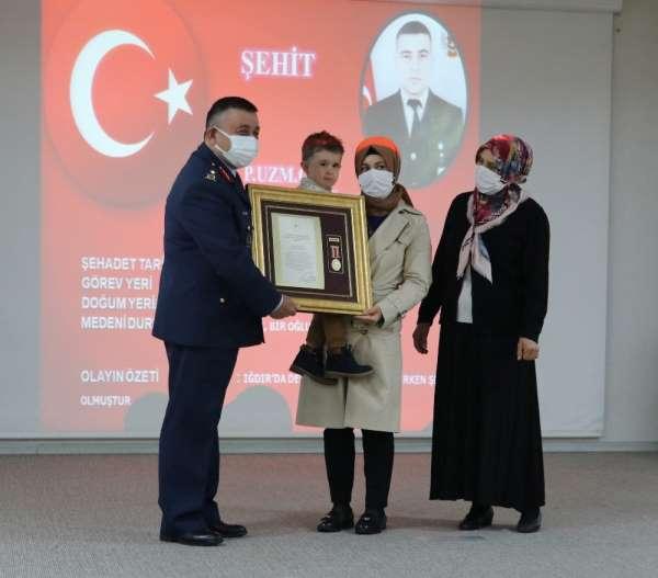 3 yaşındaki Remzi, şehit babasının Devlet Övünç Madalyası ve Beratını aldı