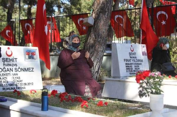 Antalya şehitliğinde duygusal anlar