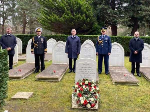 Büyükelçi Yalçından 18 Mart Şehitleri Anma Gününde Brookwood Şehitliğine ziyaret