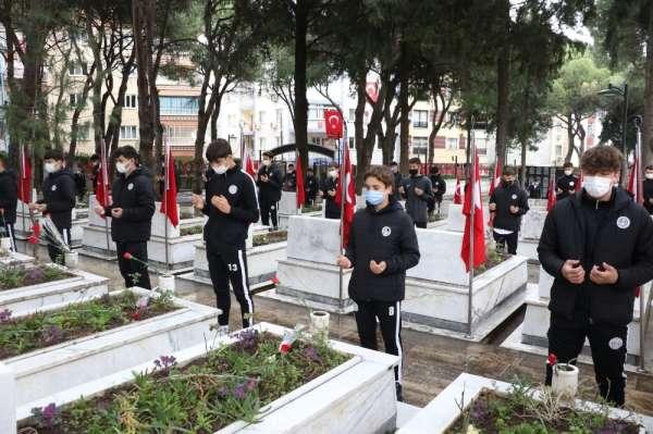 Manisa FK Akademinin sporcuları şehitlikte dua etti