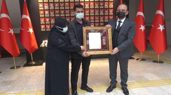 Şehit Furkan Yılmazın ailesine Övünç Madalyası ve Beratı takdim edildi