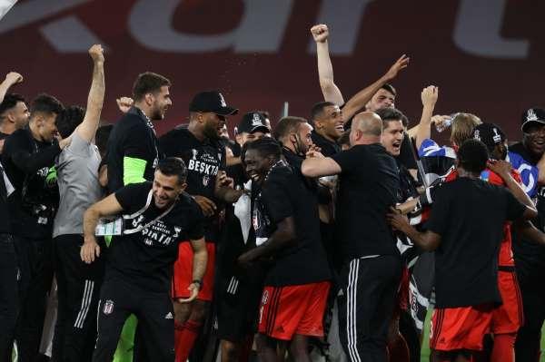 Beşiktaş 12 yıl sonra çifte kupayı müzesine götürdü