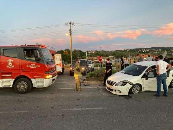 İzmirde feci kazada can pazarı: Araçlarda sıkışan 3 kişi hastaneye kaldırıldı