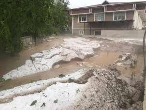 Tokat'ta ekili alanları dolu vurdu