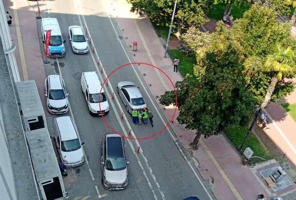 3 kadın, yolda kalan sürücünün yardımına koştu