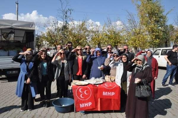 Kars MHP Kadın Kolları şehitler için helva dağıttı