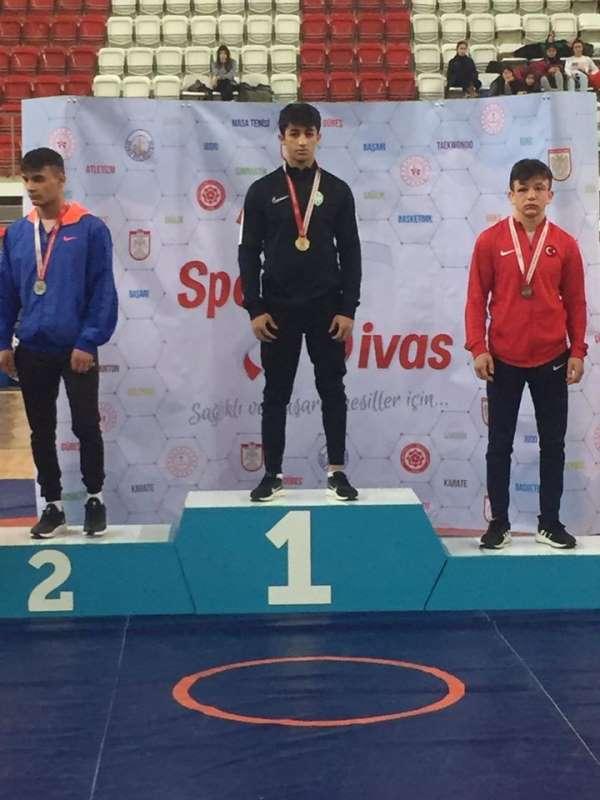 Barış Erbek Okullar arası Güreş'te Türkiye Şampiyonu Oldu