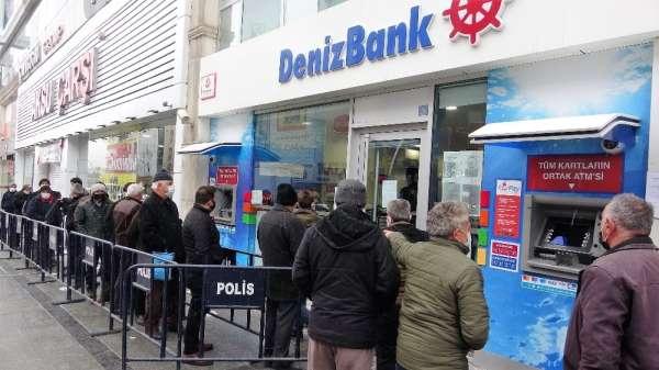 Banka önünde sosyal mesafesiz kuyruk