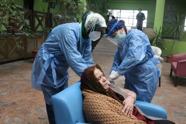 Huzurevi sakinlerinden aşı yapan sağlıkçılara sevgi seli