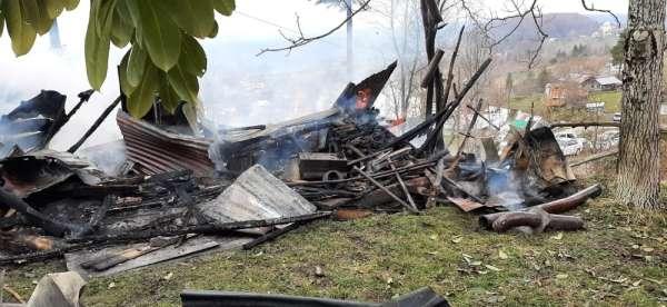 Kazan dairesinde başlayan yangında ev ile samanlık yandı