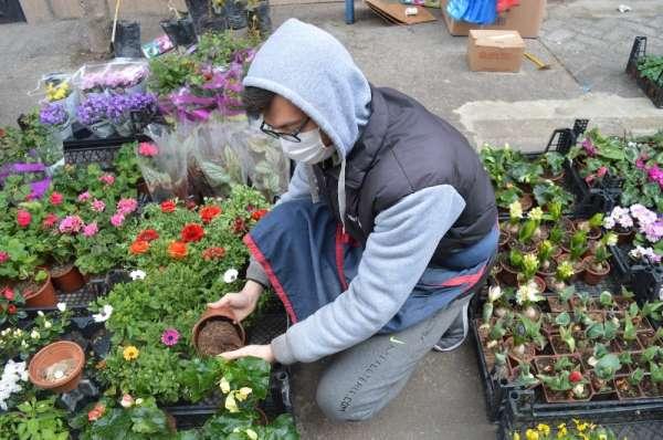 Pandemide semt pazarındaki çiçekçilerin sayısı arttı, fiyatlar ise düştü