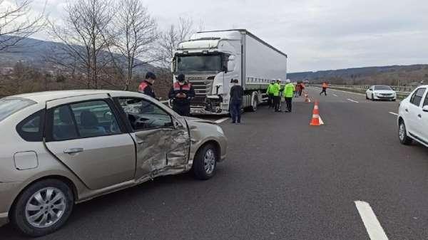 Tır ile otomobilin karıştığı kazada 2 kişi yaralandı