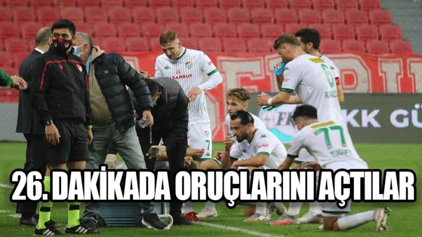 Samsunspor ve Bursasporlu futbolcular 26. dakikada oruçlarını açtı