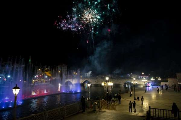 770 yıllık köprüde havai fişek gösterisi