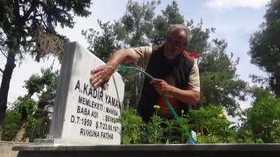 Şehit mezarlarının gönüllü bakıcısı