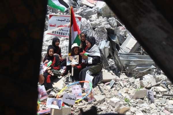Gazzede enkazda sergi: İsrail saldırılarında ölen Filistinli çocukların fotoğrafları sergilendi