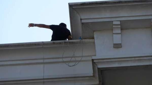 Araç parkı kavgasında 1 kişiyi öldürüp cezaevinden çıkan eski polis çatıya çıkarak intihara kalkıştı