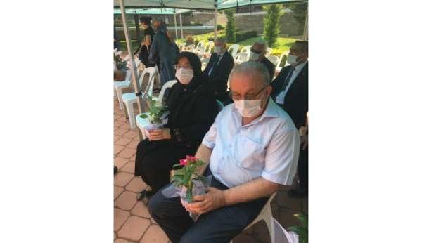 Mezar ziyaretine gelen şehit aileleri çiçeklerle karşılandı