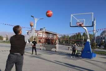 (Özel) Van Gölü sahilinde penaltı ve basketbol yarışması