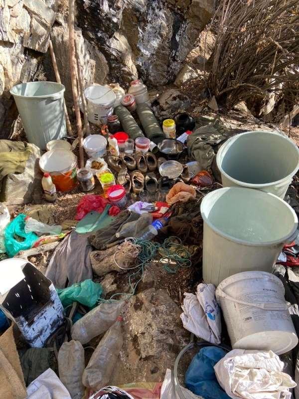 Bitlis'te teröristlerce toprağa gömülmüş malzemeler ele geçirildi