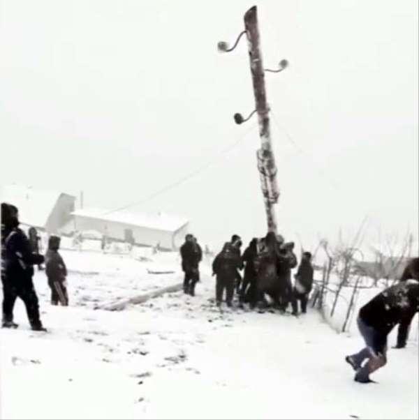 Rusya'da devrilen elektrik direğini kaldırmaya çalışan köylüler canından oluyord