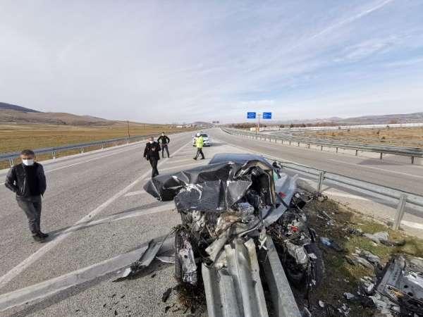 Bariyerin otomobile ok gibi saplandığı kazada 2 kişi yaralandı