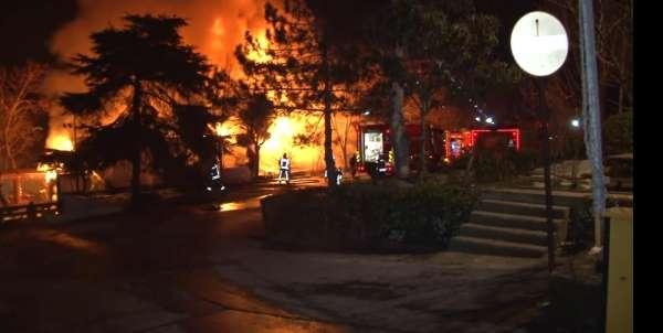 Boğaziçi Üniversitesi Rumeli Hisarı kampüsünde bulunan kafe alev alev yandı