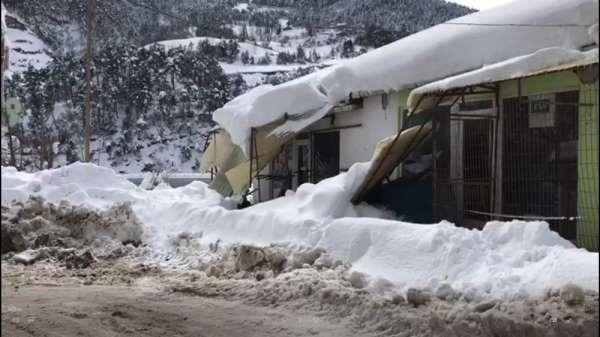Kar ilçede çatıları çökertti